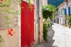 Autentyczny Francuski miasteczko z wąskimi ulicami, kolorowymi domami i a, Obrazy Royalty Free
