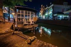 Autentyczny Holenderski houseboat w atmosferycznych miasto kanałach w starym c zdjęcie stock