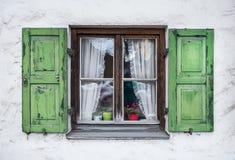 Autentyczny okno z zielonymi drewnianymi shuttters w miasteczku zdjęcia royalty free