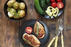 Autentyczny wiejski stylowy lunch z piec na grillu stkiem, świezi warzywa na drewnianym stole, odgórny widok Zdjęcie Stock