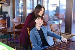 Auteur avec le smartwatch en main attendant l'associé en café Photographie stock