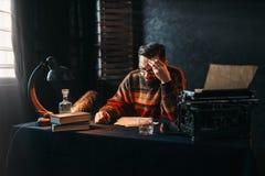 Auteur barbu en verres lisant le sien travail Images libres de droits