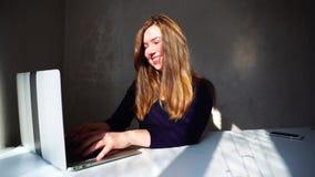 Auteur créant nouveau romain sur l'ordinateur portable banque de vidéos
