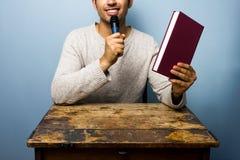 Auteur présent son nouveau livre Photo libre de droits
