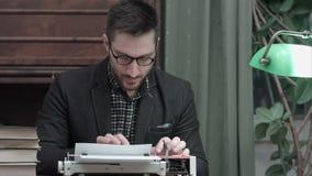 Auteur songeur s'asseyant devant la machine à écrire pensant à de nouvelles idées pour son livre banque de vidéos