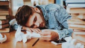 Auteur surchargé Fell Asleep Lying des textes sur le bureau photos stock