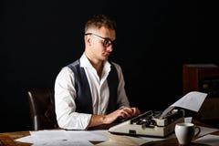 Auteur Using Typewriter de livre image libre de droits