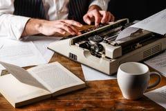 Auteur Using Typewriter de livre photo stock