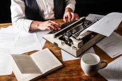 Auteur Using Typewriter de livre photos stock