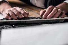 Auteur Using Typewriter de livre photographie stock