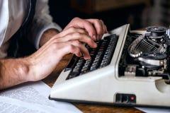 Auteur Using Typewriter de livre photos libres de droits