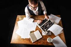 Auteur Using Typewriter de livre photo libre de droits