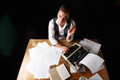 Auteur Using Typewriter de livre images stock