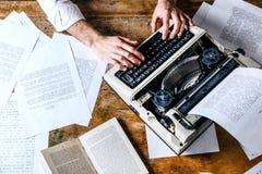 Auteur Using Typewriter de livre image stock