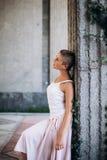 Authentiek meisje die op de straat blootvoets dansen royalty-vrije stock fotografie