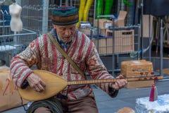 Authentiek oud mens het spelen instrument Royalty-vrije Stock Foto's