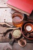 Authentieke binnenlandse details, glas van kruidenrea, droge kruideninstallaties, homeopathische behandeling op rustieke houten a stock foto