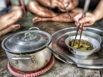 Authentieke die Vietnamees homecooked maaltijd met vrienden wordt genoten van Stock Afbeeldingen