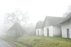 Authentieke dorpshuizen in fog.landskape Stock Foto