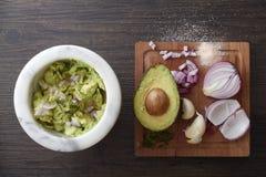 Authentieke guacamole die worden gemaakt Royalty-vrije Stock Afbeelding