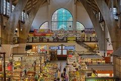 Authentieke het voedselmarkt van de poetsmiddellandbouwer in oude stad, hoofdvierkant met traditionele kleurrijke en feestelijke  stock foto