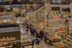 Authentieke het voedselmarkt van de poetsmiddellandbouwer in oude stad, hoofdvierkant met traditionele kleurrijke en feestelijke  royalty-vrije stock foto's