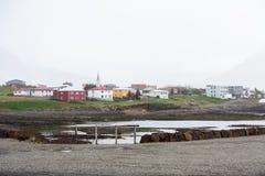 Authentieke kleine stad door de rivier in bewolkt weer royalty-vrije stock foto's
