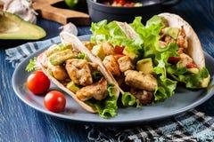 Authentieke Mexicaanse taco's met kip en salsa met avocado, tomaten en Spaanse pepers Stock Fotografie