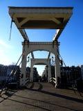 Authentieke ophaalbrug in Amsterdam stock afbeeldingen