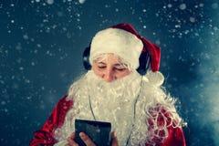 Authentieke Santa Claus luistert aan muziek Royalty-vrije Stock Foto