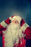 Authentieke Santa Claus luistert aan muziek Royalty-vrije Stock Fotografie