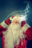 Authentieke Santa Claus luistert aan muziek Stock Foto's