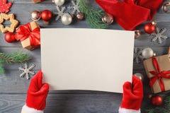 Authentieke Santa Claus met brief Stock Afbeeldingen