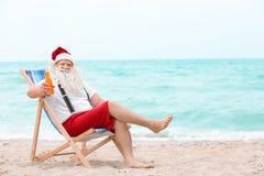Authentieke Santa Claus met fles drank het ontspannen Stock Afbeeldingen
