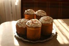 Authentieke Traditionele Russische Orthodoxe die Pasen paneert kulich of pasha, Pasen-cakes met suikerglans worden bedekt Stock Afbeelding