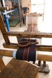 Authentieke wevende machine, wat patronen op stof weven Stock Foto