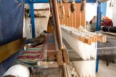 Authentieke wevende machine, wat patronen op stof weven Stock Fotografie