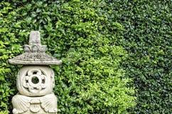Authentique handcraft le courrier de lampe de grès à l'arrière-plan vert photographie stock libre de droits