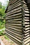 Authentische alte Blockhauswand mit Schlamm kalfatern Stockfoto