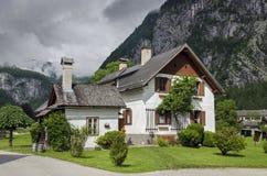 Authentische Häuser der typischen Weinlese in Hallstatt, Österreich stockfotografie
