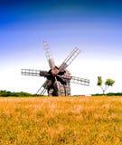 Authentische hölzerne Mühle auf dem Hintergrund des Feldes, Konzept der Reise im wilden, Ukraine lizenzfreies stockfoto