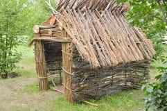 Authentische Hütte von den Niederlassungen des Waldes, sonniger Tag des Sommers Stockfoto