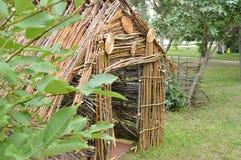 Authentische Hütte von den Niederlassungen des Waldes, sonniger Tag des Sommers Stockbilder