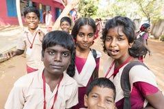 Authentische indische Kinder mit Uniformen im Spielplatz an der Grundschule lizenzfreie stockfotografie