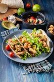 Authentische mexikanische Tacos mit Huhn und Salsa mit Avocado, Tomaten und Paprikas Stockfotos