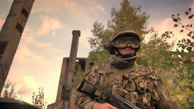 Authentischer kaukasischer Soldat in der Tarnung gehend durch leeren Backsteinbau und hohe das Gras, die seine Waffe hält stock video footage