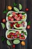 Authentischer Mexikaner grillte Fischtacos mit Wassermelone Pico de Gallo stockfoto