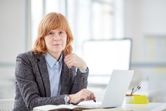 Authentischer weiblicher Büroangestellter lizenzfreie stockbilder
