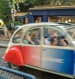 Authentisches Auto Paris, das vorbei auf Paris-Straße beschleunigt Stockbilder