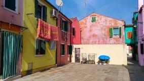 Authentisches Haus und bunte Reinigung, die in den Hintergassen von Venedig hängt stockfotos